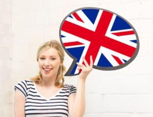 femme souriante avec le drapeau anglais